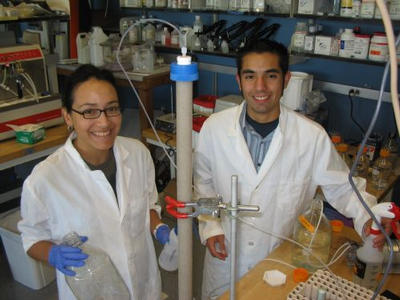 Juan Lucio and Jasmine Salas in the lab during the 2007 program.