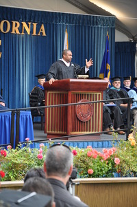Tavis Smiley addresses UCR graduates and their families.