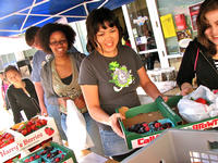 UCR students shop at Scotty's biweekly farmer's market. (photo by Justin Kuo)